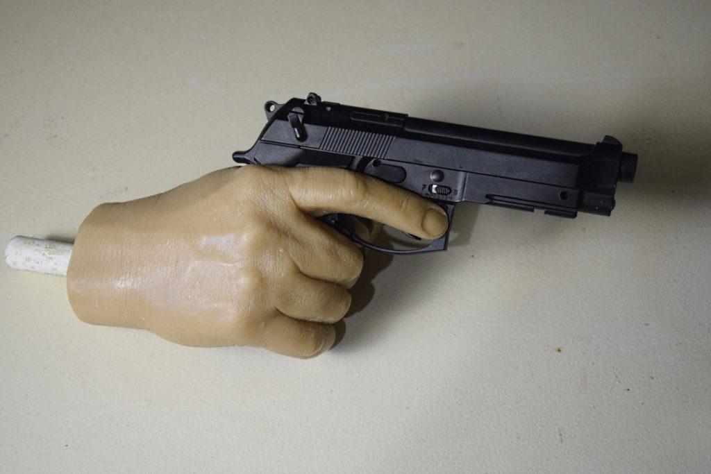 Восковая фигура Аль Пачино, монтаж пистолета в кисть руки