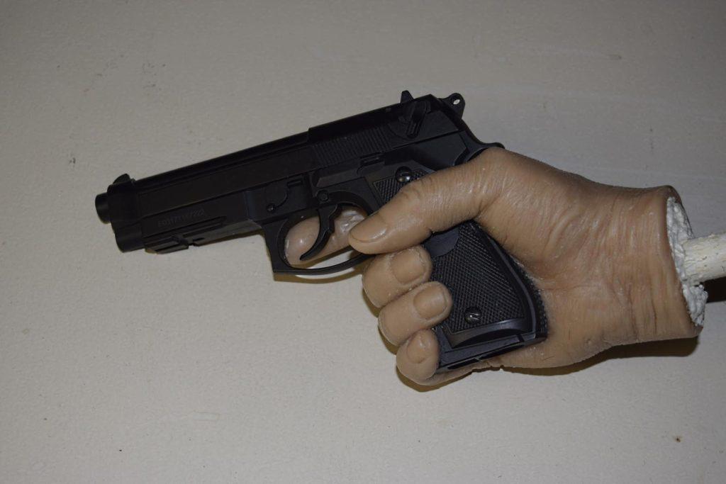 Восковые фигуры, пистолет в руке восковой фигуры